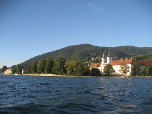 wikipedia-abadia-de-tegernsee-des-del-llac-800px-Gymnasium_Tegernsee